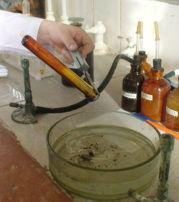 4 льем серу в воду
