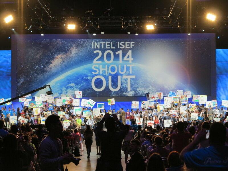 На церемонии открытия всемирного смотра Intel ISEF в Лос-Анджелесе 12 мая 2014 года. В смотре приняли участие старшеклассники из 70 стран