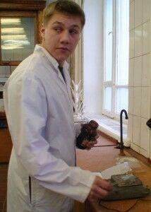 Кладиев у весов подозрительно оглядывается