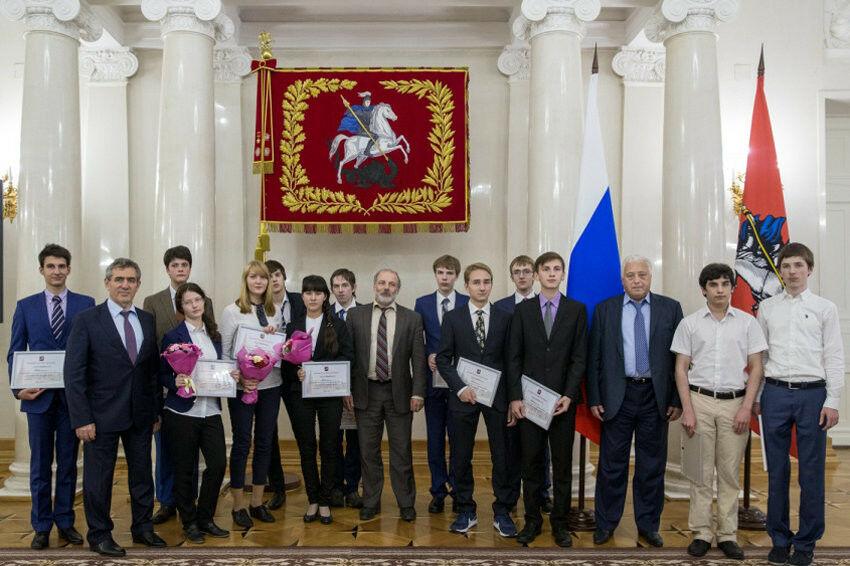 Школьникам — победителям международных олимпиад вручили по миллиону рублей